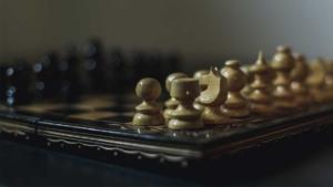 アイキャッチ画像 デザイン思考を活用した競合プレゼンの戦いを想起させるチェスボードの写真 競合プレゼン・コンペの勝ち方を解説します。