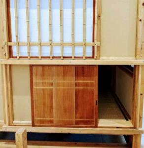 茶室にある高さ約66cm x 幅約63cmほどの小さな入り口の外側からの写真
